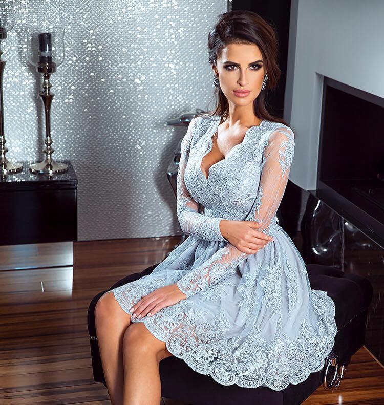 8dbbae9a8a20 Krátké krajkové šaty Amelie šedé