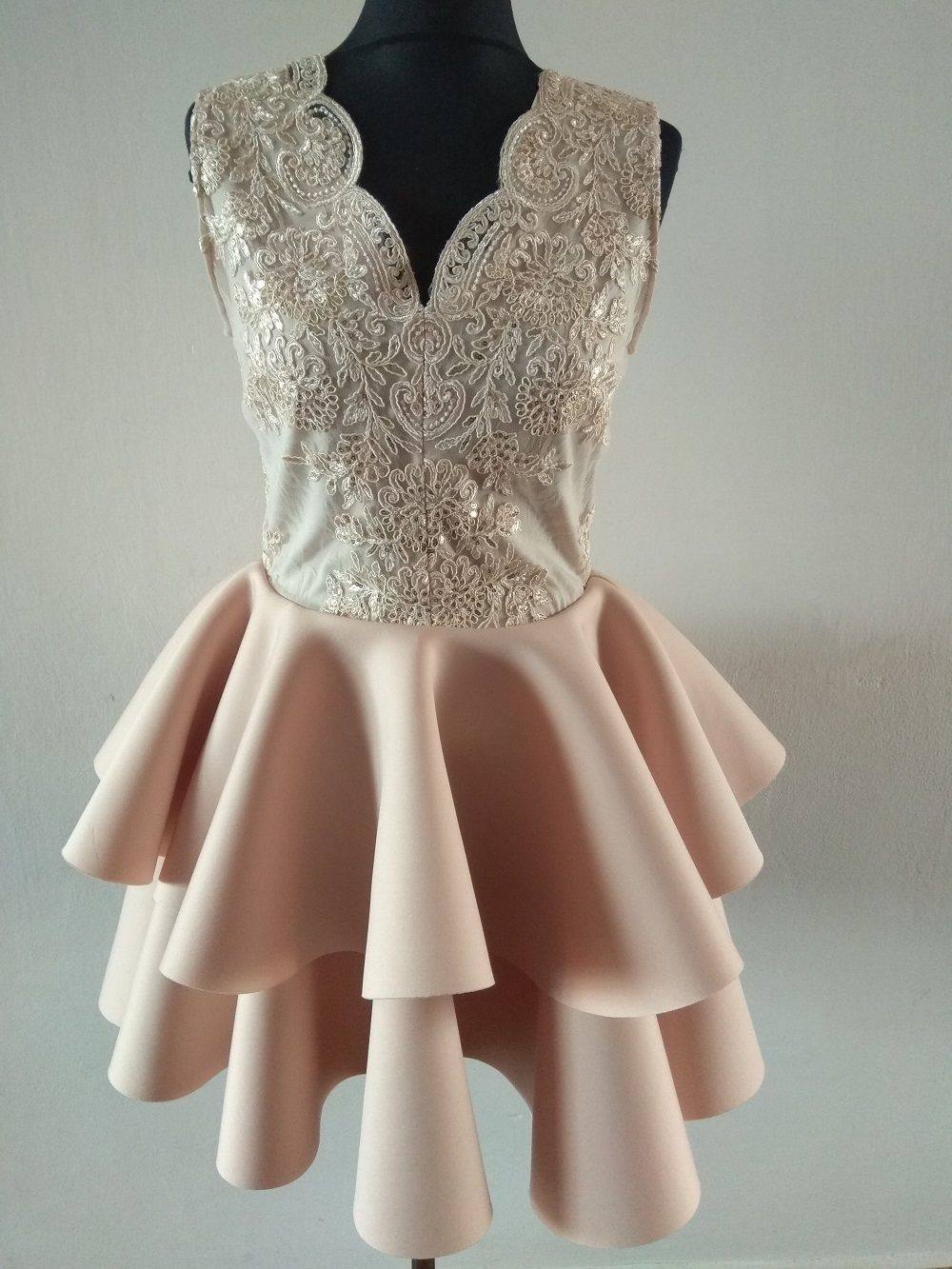 5bacb19ee2f Krátké krajkové šaty Lili béžové
